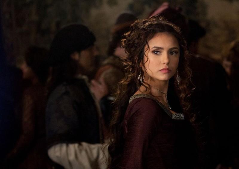 L'elegante Katherine (Nina Dobrev) nell'episodio Klaus di Vampire Diaries