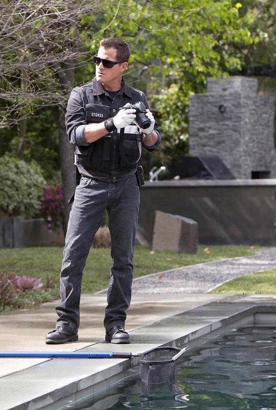 Nick (George Eads) esamina la piscina nell'episodio Hitting for the Cycle di CSI: Scena del crimine