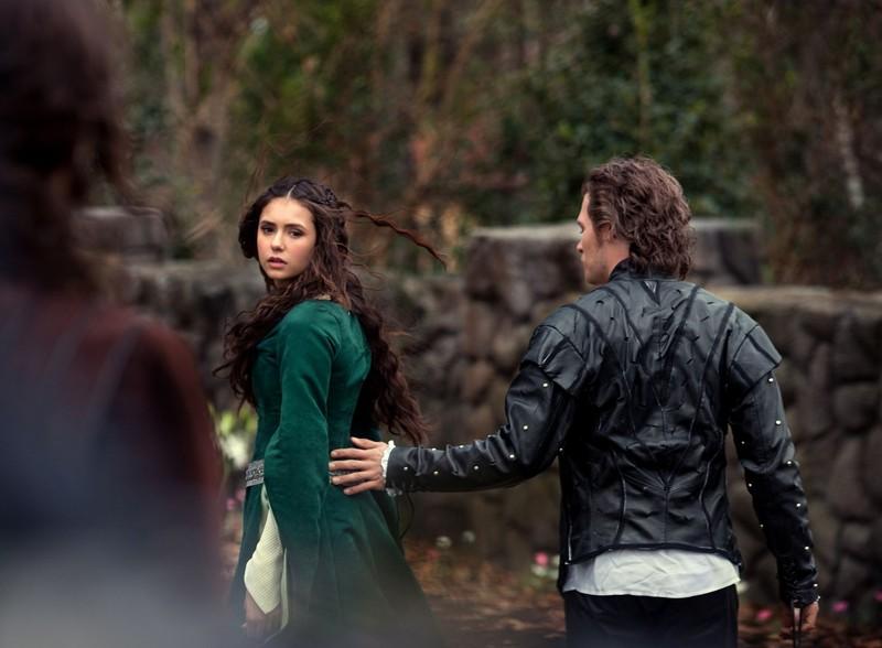 Nina Dobrev e Joseph Morgan (di spalle) in una scena dell'episodio Klaus di Vampire Diaries