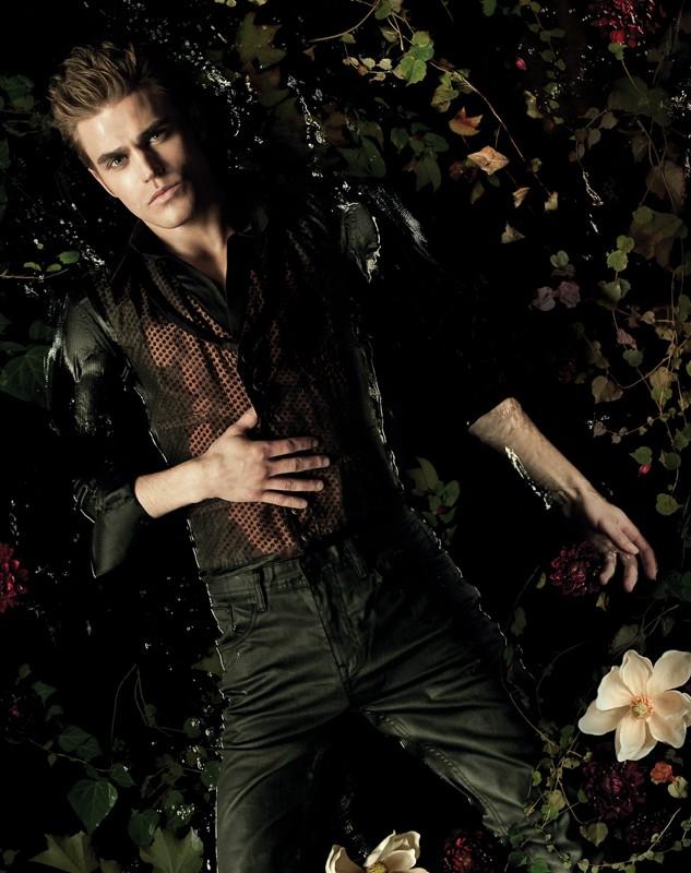 Un'immagine di Paul Wesley sdraiato in acqua per un poster della season 2 di Vampire Diaries
