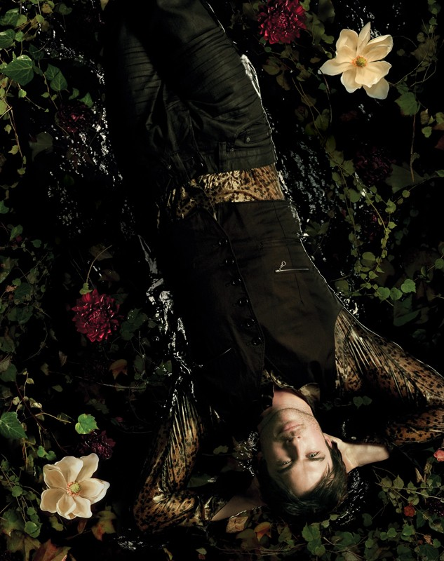 Una foto di Ian Somerhalder sdraiato in acqua per un poster della season 2 di Vampire Diaries