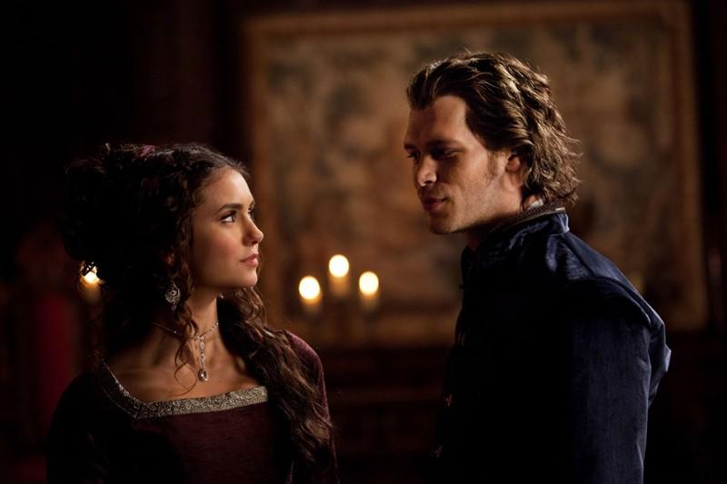 Uno scambio di sguardi tra Katherine (Nina Dobrev) e Klaus (Joseph Morgan) nell'episodio Klaus di Vampire Diaries