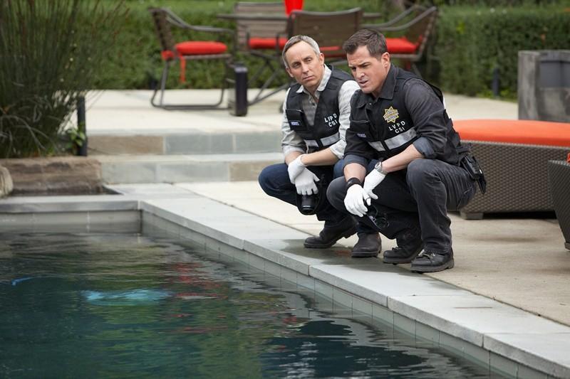Wallace Langham e George Eads a bordo piscina nell'episodio Hitting for the Cycle di CSI: Scena del crimine