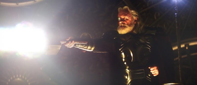 Anthony Hopkins nei panni di Odino nel film Thor