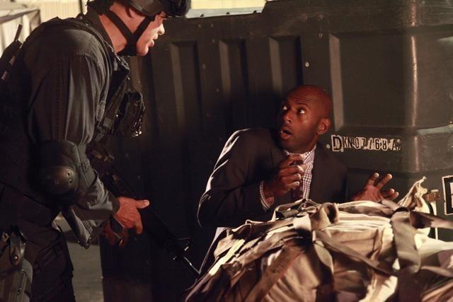 Greg Collins e Romany Malco nell'episodio No Ordinary Beginning della serie No Ordinary Family