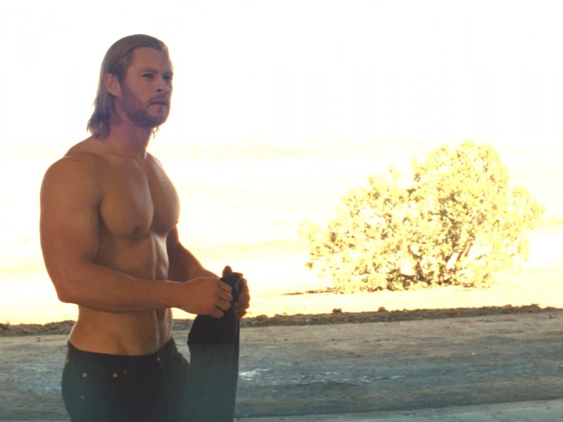 Il muscoloso Chris Hemsworth in una sequenza del film Thor di K. Branagh