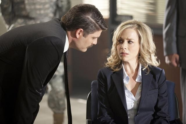 Jay R. Ferguson e Julie Benz nell'episodio No Ordinary Future di No Ordinary Family