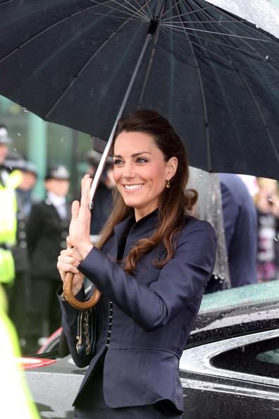 Kate Middleton, elegantissima come sempre, sotto la pioggia
