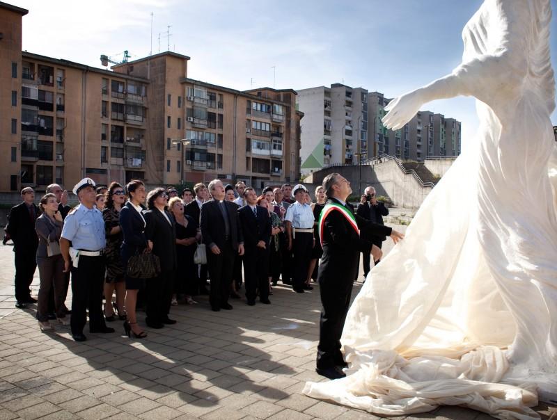 Una scena del film I baci mai dati con la Madonna che riempie la piazza del paese