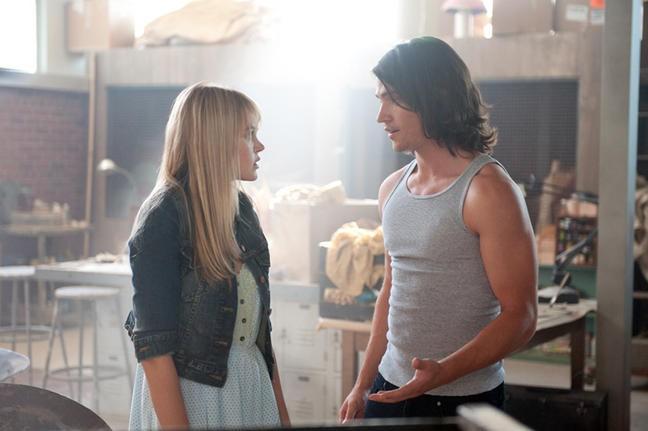 Aimee Teegarden accanto a Thomas McDonell in una scena del film Prom