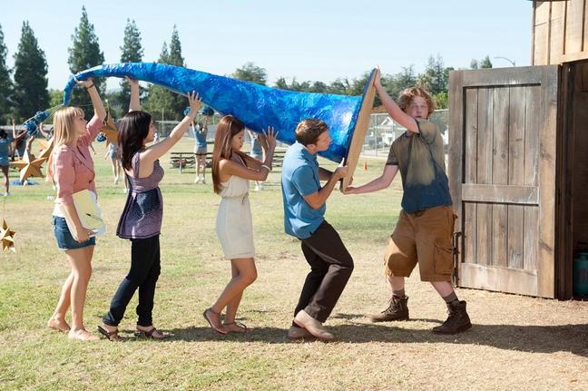 Aimee Teegarden, Janelle Ortiz, Yin Chang, Jonathan Keltz e Joe Adler in una scena del film Prom
