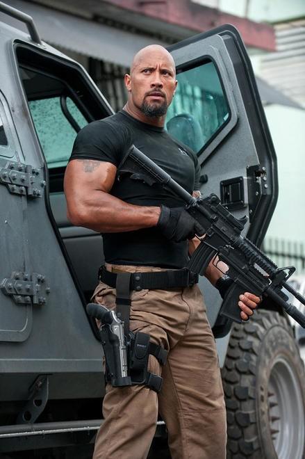 Il granitico Dwayne Johnson in una scena di Fast & Furious 5