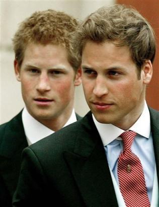 Il principe William, e dietro di lui, suo fratello Harry