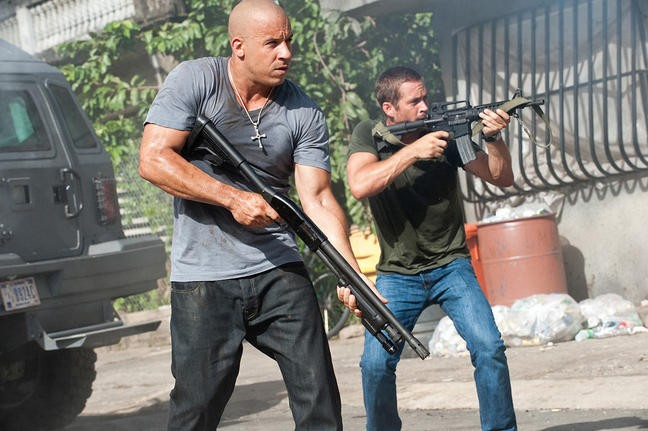 Vin Diesel con Paul Walker in una sequenza action di Fast & Furious 5