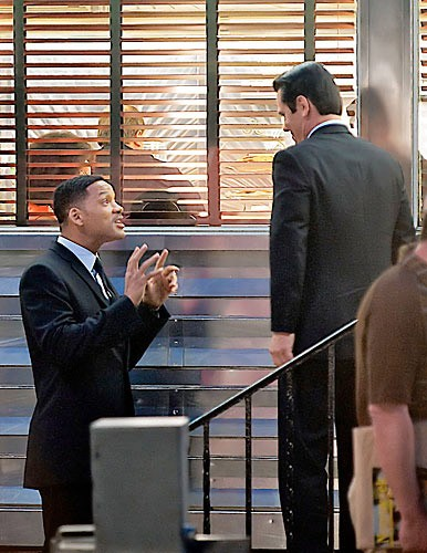 Will Smith e Josh Brolin in atteggiamento scherzoso sul set di Men in Black 3