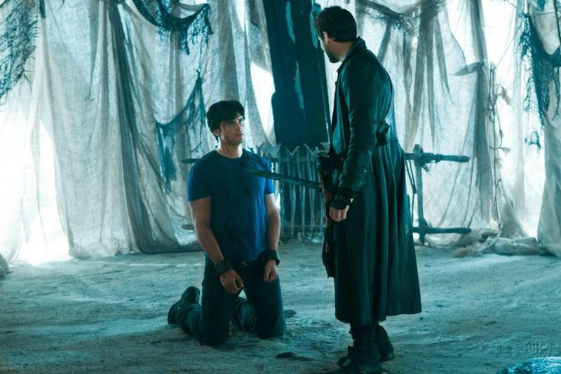 Callum Blue punta la spada contro Tom Welling nell'episodio Dominion di Smallville