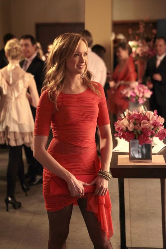 Charlie (guest-star Kaylee DeFer) elegante, alla festa dell'episodio Petty in Pink di Gossip Girl
