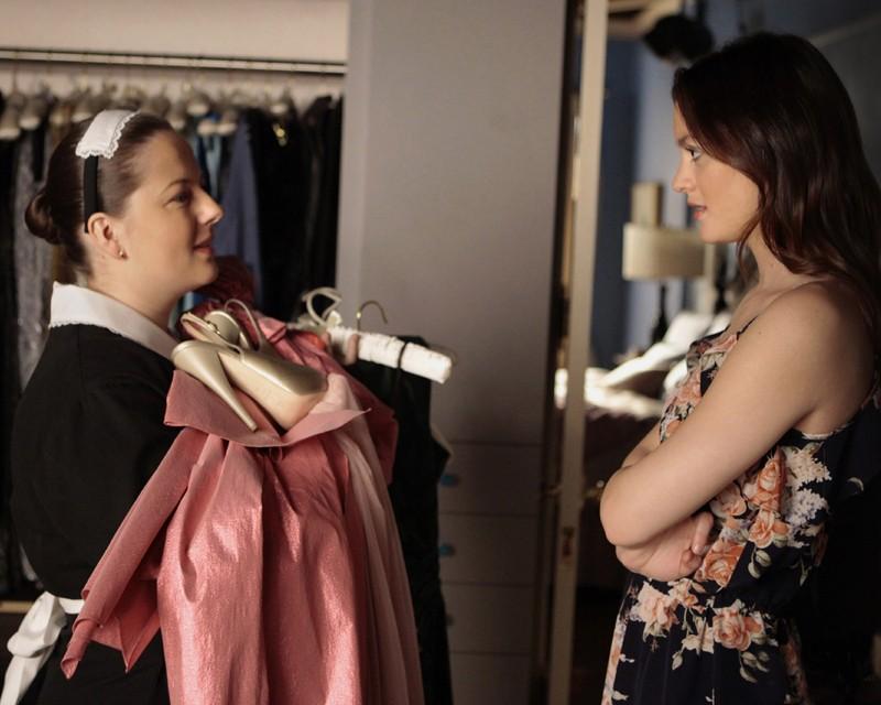 Dorota (Zuzanna Szadkowski) mostra un vestito a Blair (Leighton Meester) nell'episodio Petty in Pink di Gossip Girl