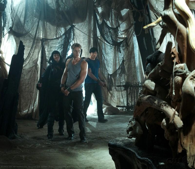 Justin Hartley e Tom Welling al cospetto di un misterioso personaggio nell'episodio Dominion di Smallville