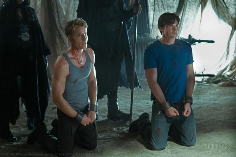 Justin Hartley e Tom Welling legati e in ginocchio nell'episodio Dominion di Smallville