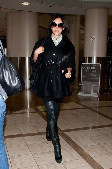 Un'elegante Kim Kardashian arriva all'aeroporto di Los Angeles