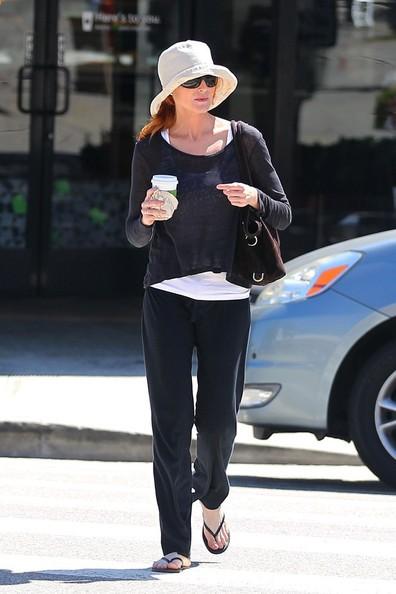 Marcia Cross mentre passeggia per le strade di Brentwood con un caffè