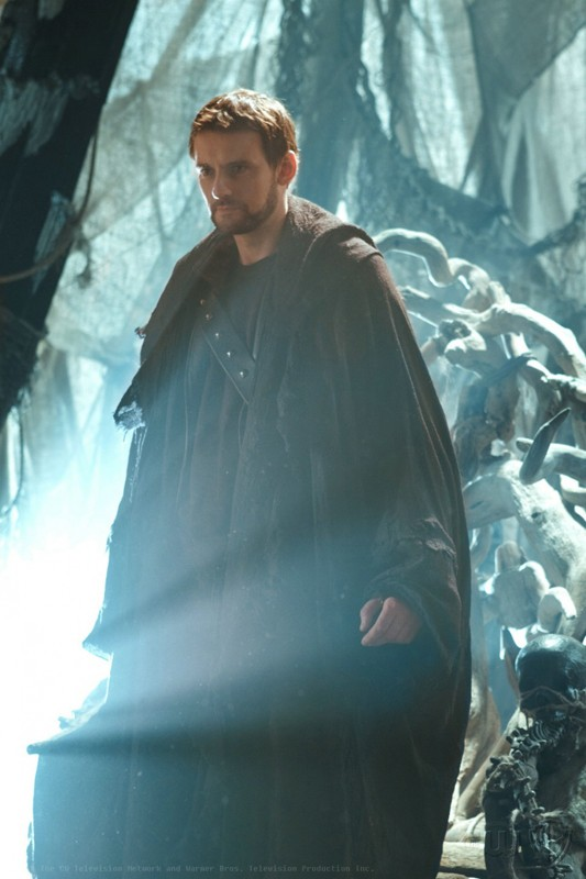 Zod (Callum Blue) illuminato da un fascio di luce nell'episodio Dominion di Smallville