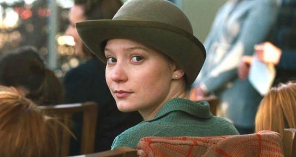 Mia Wasikowska in una scena di Restless