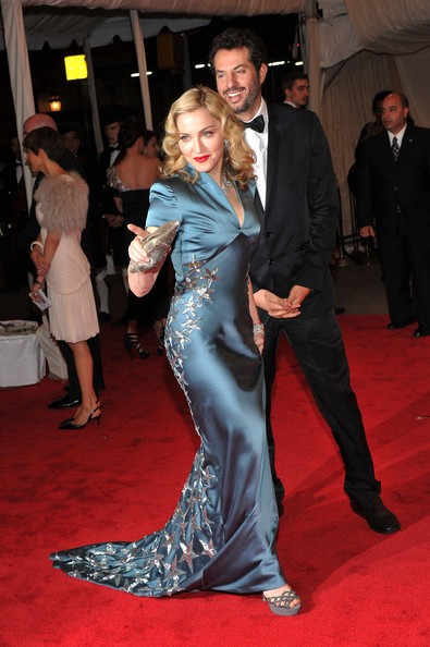 Madonna e il suo manager, Guy Oseary al gala in onore di Alexander McQueen, a New York, nel 2011