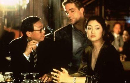 Michael Hui, Jeremy Irons e Gong Li in una scena di Chienese Box
