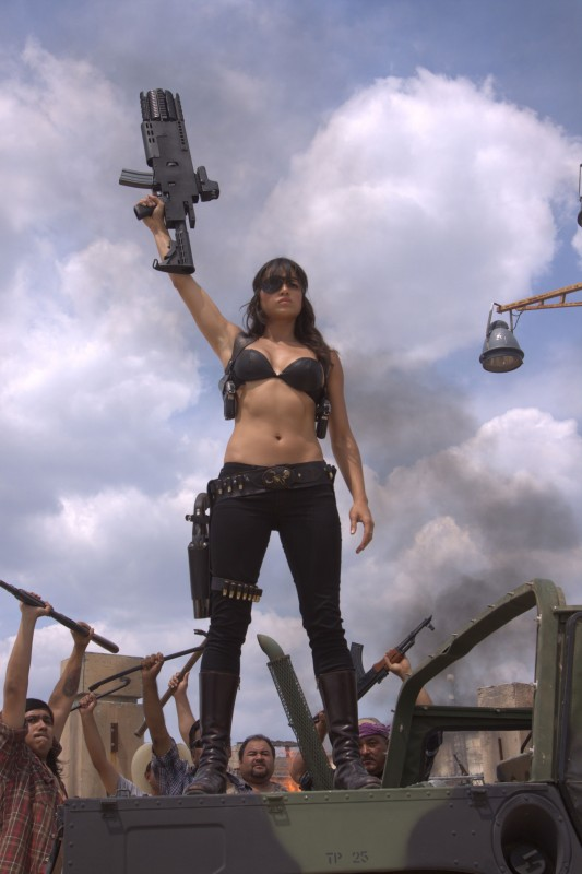 Michelle Rodriguez in una scena del film Machete