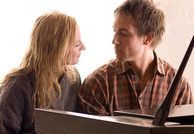 Genevieve O'Reilly e Tobias Menzies in una scena del film Forget Me Not