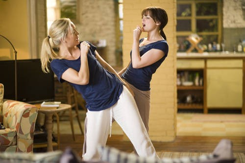 Kate Hudson e Ginnifer Goodwin in una sequenza divertente di Something Borrowed