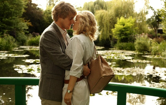 Owen Wilson e Rachel McAdams in una romantica scena di Midnight in Paris