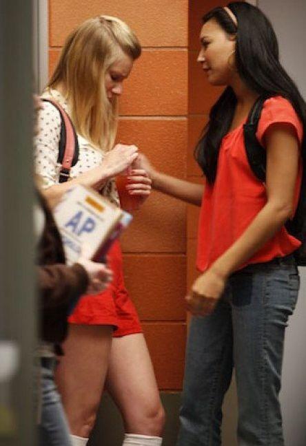 Heather Morris e Naya Rivera in una scena dell'episodio Rumours della seconda stagione di Glee