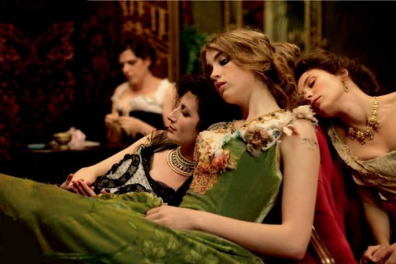 Immagini dal gusto pittorico per raccontare la sensualità e la decadenza di un film come L'apollonide (Souvenirs de la maison close)