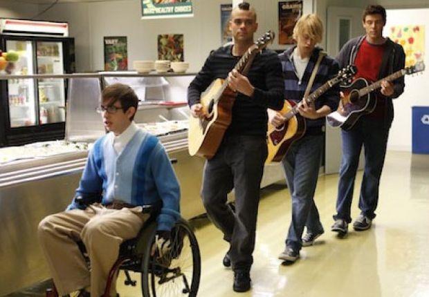 Kevin McHale, Chord Overstreet, Mark Salling e Cory Monteith in una scena dell'episodio Rumours della seconda stagione di Glee