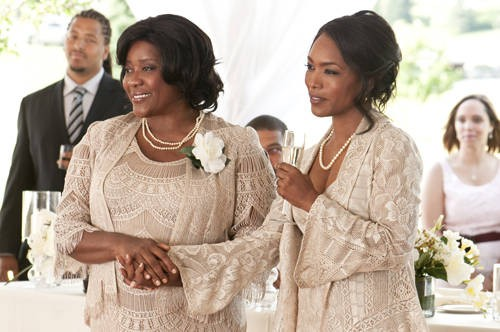 Loretta Devine e Angela Bassett in una scena del film Jumping the Broom