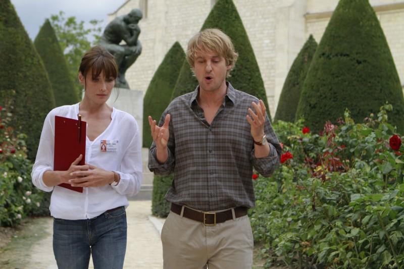 Carla Bruni e Owen Wilson in una scena del film Midnight in Paris