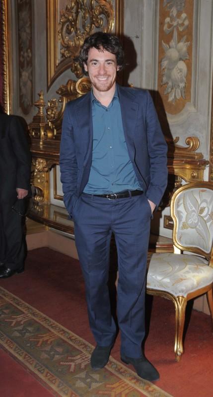 David 2011: Elio Germano al Quirinale - l'attore indossa un completo blu abbinato a una camicia verde petrolio, cintura in pelle nera e scarpe in camoscio nero della Coll. GUCCI Primavera-Estate 2011.
