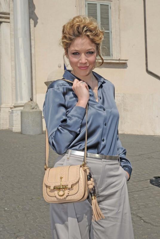 David 2011: Sarah Felberbaum indossa una camicia in raso color grafite con i pantaloni Seventies grigio chiaro della Coll. GUCCI Autunno-Inverno 2011-12, sandali in nappa rosa e la Snaffle bit bag.