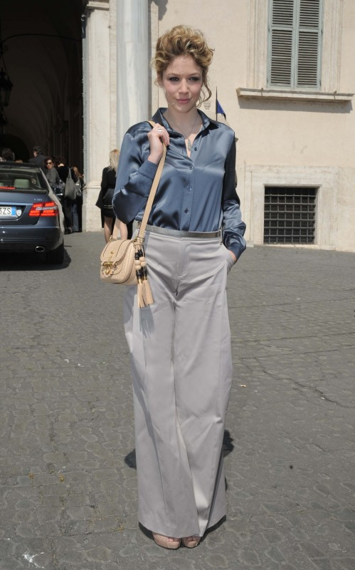 David 2011: Sarah Felberbaum indossa una camicia in raso color grafite con i pantaloni Seventies grigi della Coll. GUCCI Autunno-Inverno 2011-12, sandali in nappa rosa e la Snaffle bit bag.