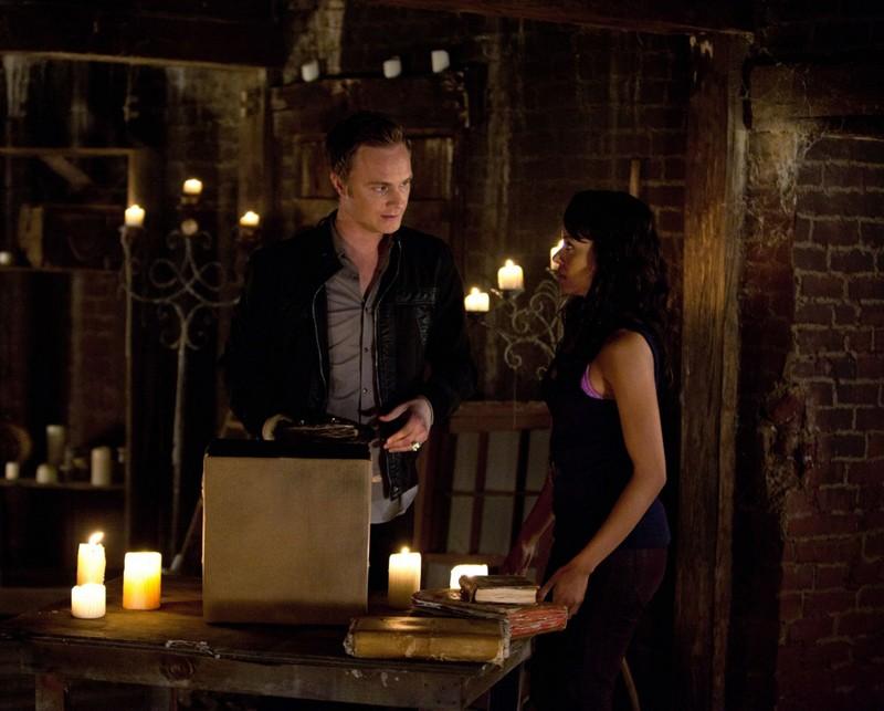 David Anders ascolta Katerina Graham nell'episodio The Sun Also Rises di Vampire Diaries