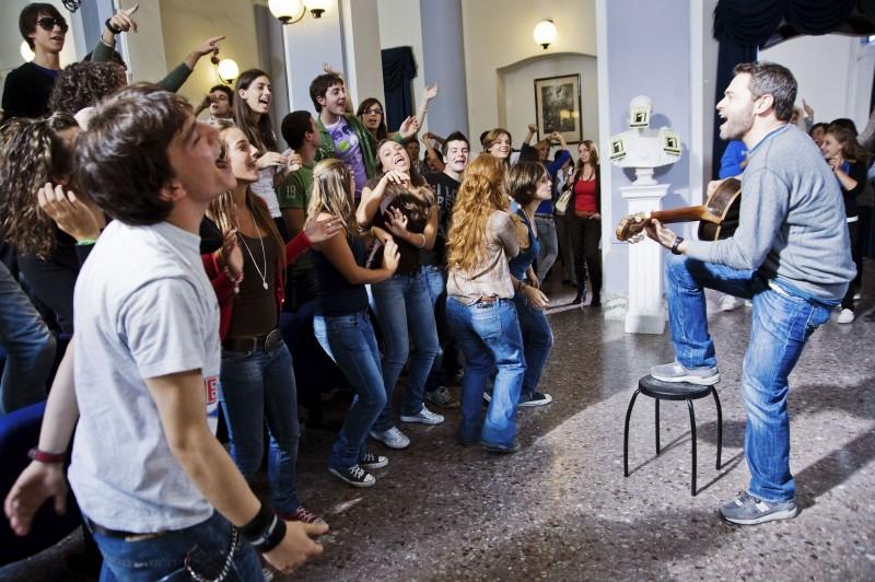 Massimo Poggio con gli studenti de I liceali 3