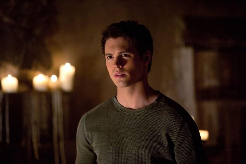 Un preoccupato Jeremy (Steven R. McQueen) nell'episodio The Sun Also Rises di Vampire Diaries