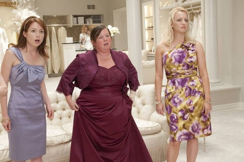 Ellie Kemper, Melissa McCarthy e Wendi McLendon-Covey in una scena della commedia Le amiche della sposa