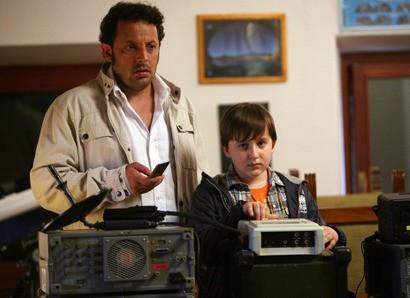 Enrico Brignano e il piccolo Marco Todisco in una scena di Fratelli Detective