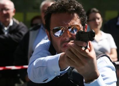 Enrico Brignano in azione in Fratelli Detective