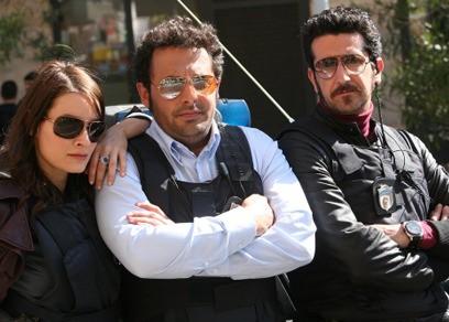 Enrico Brignano tra Maria Rosaria Russo e Luca Angeletti in una scena di Fratelli Detective