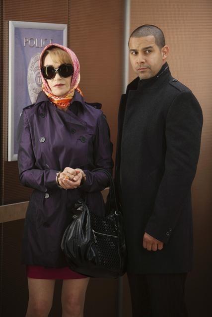Jane Seymour e Jon Huertas nell'episodio Law & Murder di Castle